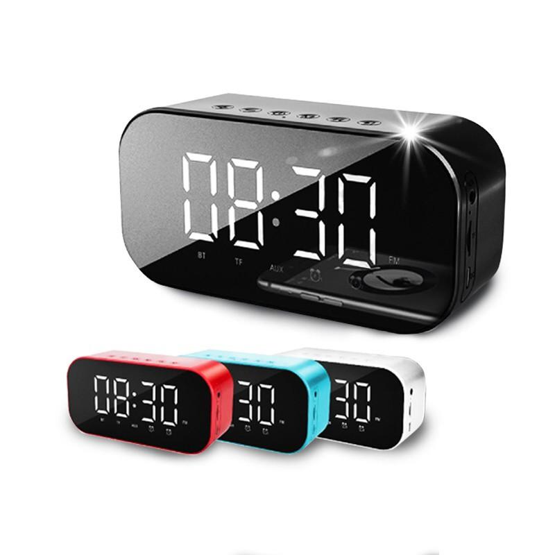 產品特色 時鐘、鬧鐘、温度顯示多功能合一 是FM收音廣播也是藍牙音響喇叭 三種播放-藍牙、TF卡、音源連接 2000mAh超大容量電池,持久續航 背面雙喇叭,比單一喇叭聲更立體 鏡面質感 螢幕可顯示時