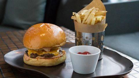 Tokyo Menyiapkan Hidangan Burger Emas Jumbo Untuk Kaisar Baru