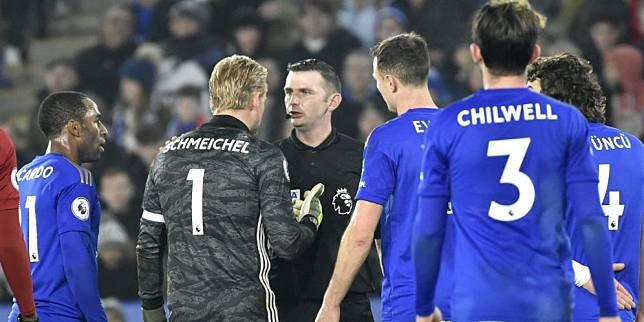 Kasper Schmeichel mengomeli wasit Michael Oliver di laga Leicester City vs Liverpool di King Power Stadium, Jumat (27/12/2019). (c) AP Photo