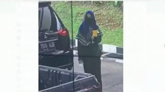 Teroris perempuan berjilbab serang Mabes Polri, Jakarta Selatan. Foto: Istimewa