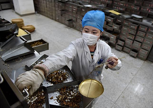 ผู้เชี่ยวชาญ 'แพทย์แผนจีน' เกือบ 5,000 ชีวิต ยืนหยัดแนวหน้าสมรภูมิโควิด-19