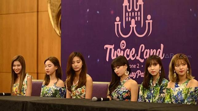 Personel girlband TWICE saat menggelar jumpa pers sebelum konser di Garuda Room ICE, BSD City, Tangerang Selatan Jumat (24/8/2018). [suara.com/Sumarni]