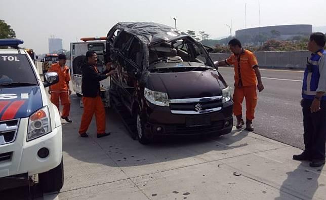 Kecelakaan tunggal melibatkan Suzuki APV di Tol Jagorawi arah Jakarta, Minggu (15/9/2019).