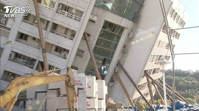 撐住傾斜大樓的11支H鋼樑就是由林信昌負責架設。圖/TVBS