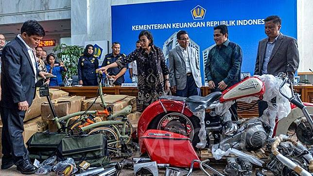 Finance Minister Sri Mulyani, State-owned Enterprises Minister Erick Thohir, and the Customs and Excise Director General and lawmakers of the House's Commission XI show to journalists illegal spare parts and a disassembled Harley Davidson motorcycle and Brompton bicycles in a press conference in Jakarta, Thursday, December 5, 2019. TEMPO/Tony Hartawan