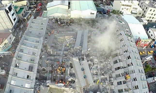 ▲維冠大樓倒塌現場空拍圖。(圖/記者陳聖璋翻攝)