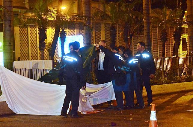 警方以白布遮蓋死者遺體。蔡楚輝攝
