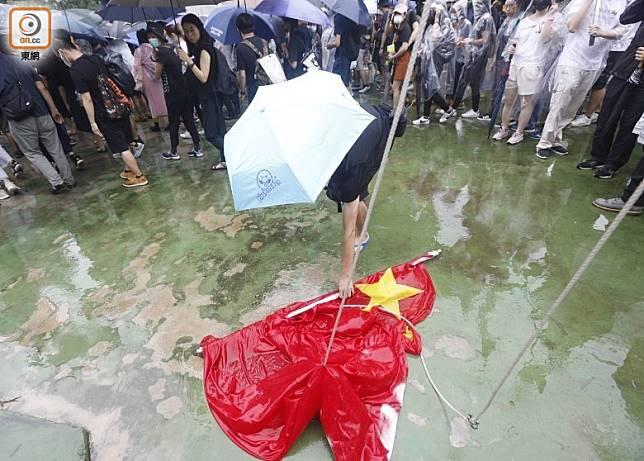 示威者疑把葵涌運動場的五星旗拆下。(何天成攝)