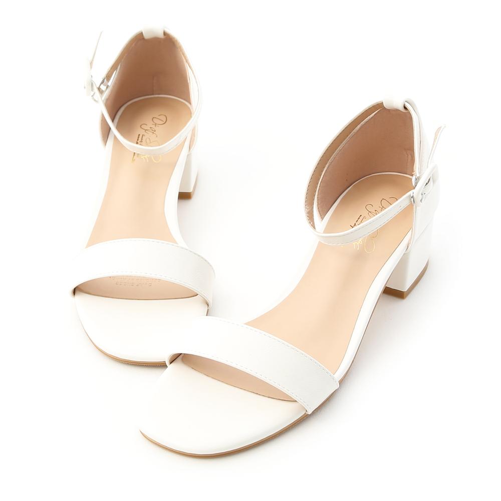 每個女孩鞋櫃裡都該有一雙一字涼鞋 復古方頭鞋楦是近年來的時尚主流 一字線條的簡單造型百搭又實穿 只要穿上就立刻充滿時尚感 4cm復古低跟,跟穩好穿是加分重點 貼心的側勾釦設計,穿脫省時又方便 選用橡膠