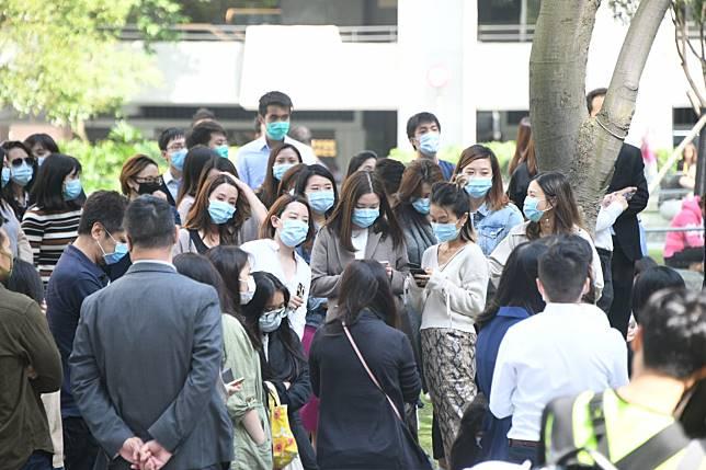太古也有人群聚集抗議。