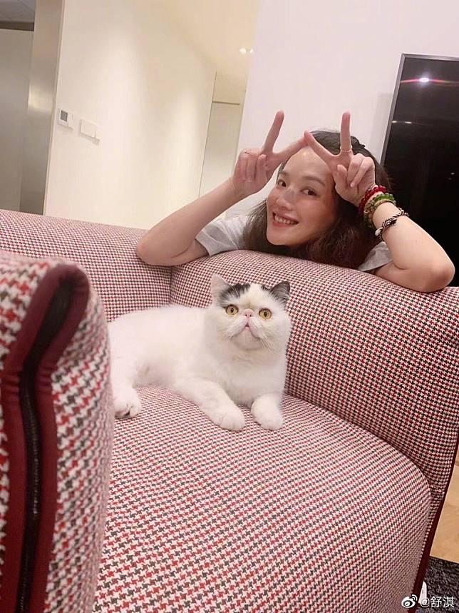 雖然有醫生建議佢遠離寵物,但因為太愛貓,所以佢都唔理!