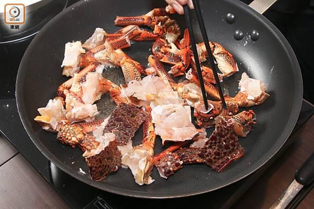 燒紅鑊,下菜油,放龍蝦頭及龍蝦腳煎香,再下龍蝦肉煎香。(張錦昌攝)