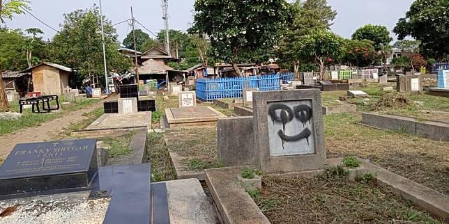 Tangan Jahil Beraksi Tiap Malam, Coret-coret Makam di TPU Menteng Pulo 2