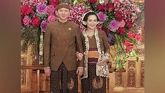 Basuki Tjahaja Purnama (Ahok) dan istrinya, Puput Nastiti Devi mengenakan pakaian adat Jawa dalam prosesi tujuh bulanan. Keduanya diketahui baru saja menggelar acara syukuran 7 bulanan kehamilan Puput pada Ahad (27/10).  Instagram.com/@puput_nastitii
