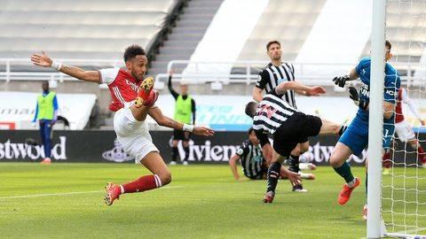 Pierre-Emerick Aubameyang mencetak satu gol ke gawang Newcastle. (Pool via REUTERS/LINDSEY PARNABY)