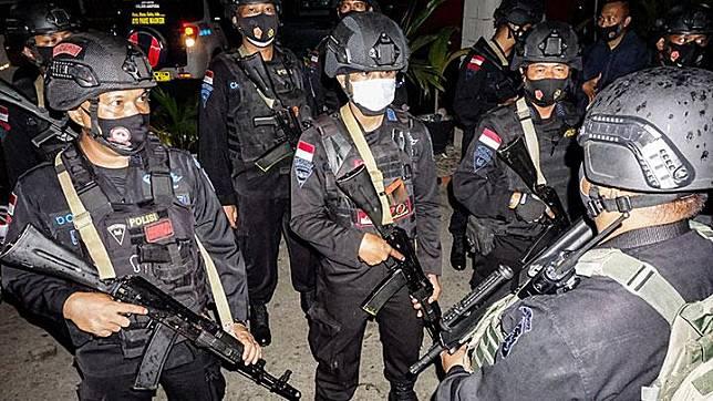 Sejumlah anggota Brimob Polda Papua mendengar arahan usai patroli dan razia di Abepura, Kota Jayapura, Papua, Senin, 30 Desember 2020. TNI dan Polri tingkatkan patroli untuk antisipasi keamanan jelang HUT OPM pada 1 Desember.  ANTARA/Indrayadi TH