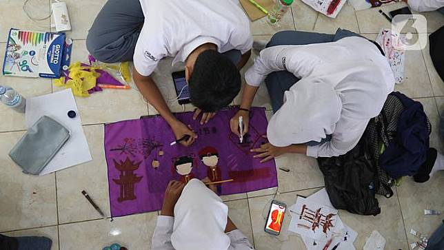 Sambut Imlek, Para Pelajar SMA Buat Kerajinan Lampion