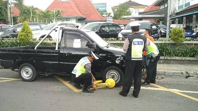 Ilustrasi penindakan pelanggar marka biku-biku dengan cara menggembok ban di Jalan Cijk Ditiro Yogyakarta