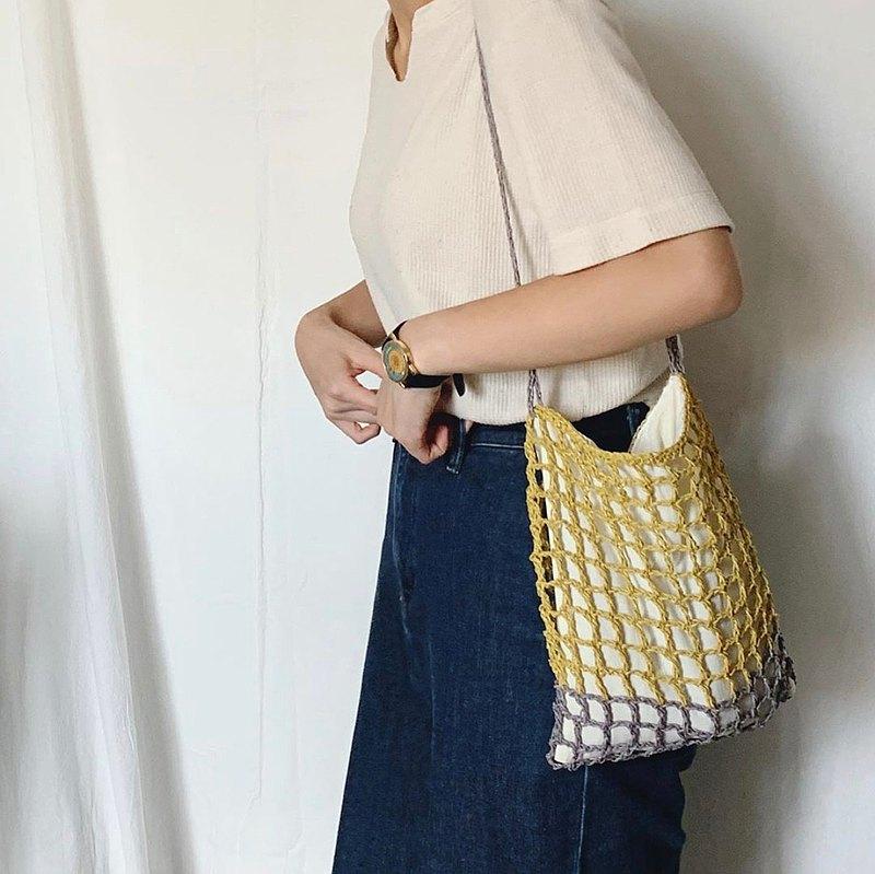 這款側背包採用了縷空的方法鈎織,可放銀包、雨傘、電話、鎖匙、小相機及一些小物件。
