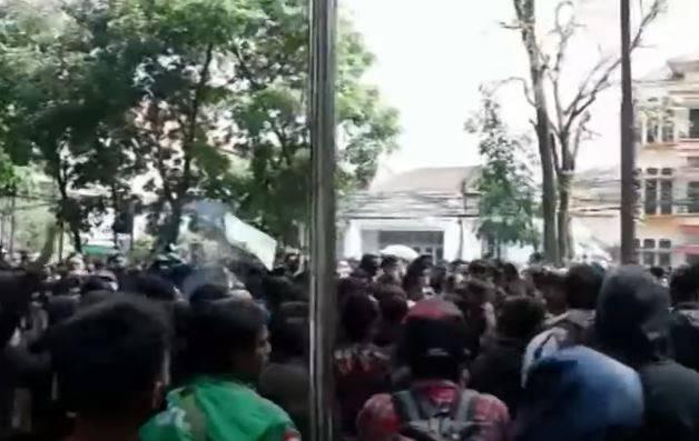 Kericuhan mewarnai demo menolak perpanjangan PPKM Darurat di depan Balai Kota Bandung, Jawa Barat. Lebih dari 150 orang ditangkap. (Foto: SIAPGRAK.COM)