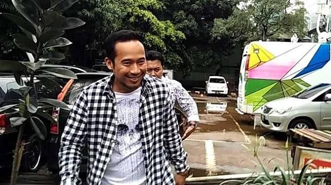 Komedian Denny Cagur tiba di Polda Metro Jaya untuk dimintai keterangan kasus Zaskia Gotik, Senin (21/3/2016). [suara.com/Nanda Hadiyanti]