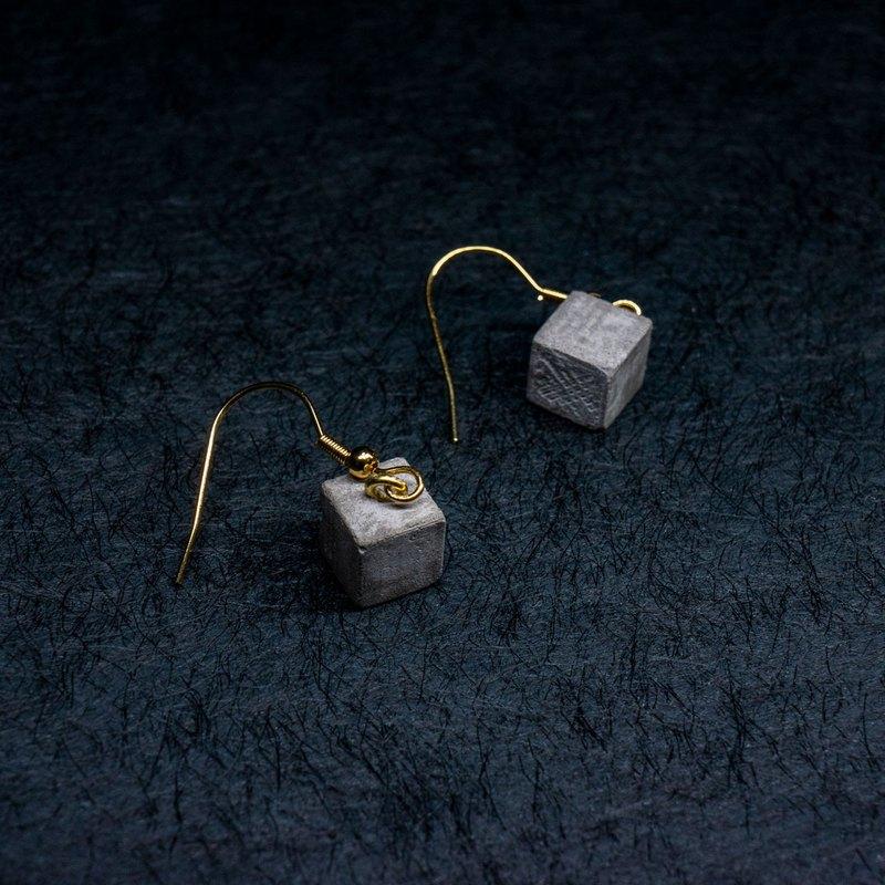 立方耳環由混凝土製成。 它是CH DESIGN銷售的混凝土耳環中最受歡迎的設計。