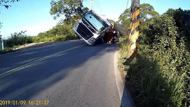 新竹縣寶山鄉昨(9日)發生一起聯結車翻覆事故。圖/翻攝自臉書「新竹大小事」