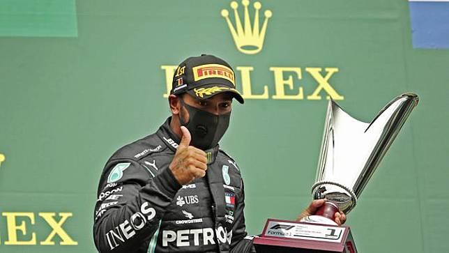 Tepat 15 November 2020 menjadi hari bersejarah bagi pembalap Mercedes, Lewis Hamilton. Pria asal Stevenage, Inggris, itu berhasil menyabet gelar juara dunia F1 untuk kali ketujuh di GP Turki. (AP Photo/Francisco Seco, Pool)