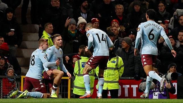 Pemain Aston Villa Jack Grealish, melakukan selebrasi bersama rekan setimnya usai mencetak gol ke gawang Manchester United dalam pertandingan Liga Inggris di Old Trafford, Manchester, 1 Desember 2019. REUTERS/Phil Noble