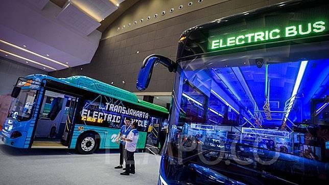 Bus Transjakarta bertenaga listrik ditampilkan dalam Pameran Busworld South East Asia ke-8 di Jakarta Internasional Expo, Kemayoran, Rabu, 20 Maret 2019. Bus listrik ini akan menjadi percontohan di Indonesia, mengingat sebelumnya belum ada armada yang mengoperasikan transportasi umum berbasis elektrik. TEMPO/Tony Hartawan