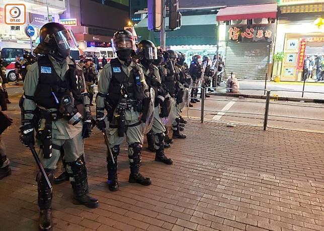 防暴警在街頭駐守。(文健雄攝)