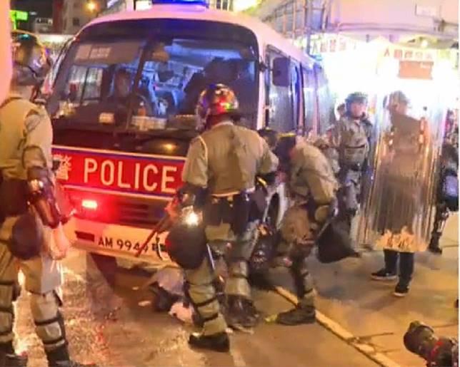 現場一輛警車被垃圾卡住。有綫新聞