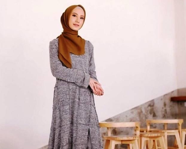 Pilihan Warna Hijab Kalem Yang Cocok Untuk Gamis Abu Abu Tua Anda Womantalk Com Line Today