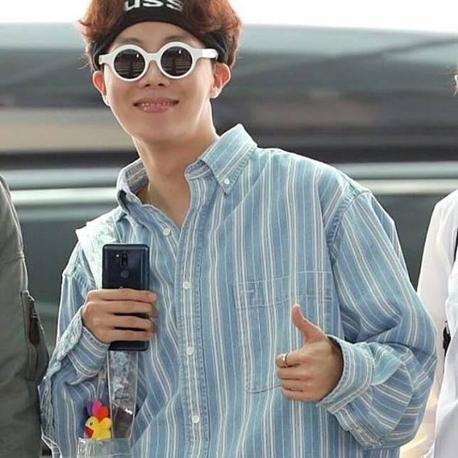 Sedangkan Hoseok tampil nyentrik dengan kacamata dan tas yang unik banget 0eb77ce84d