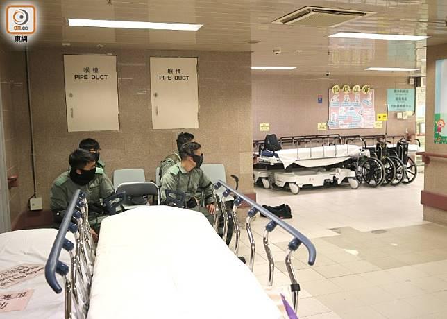 有警員於病房外駐守。(林耀康攝)