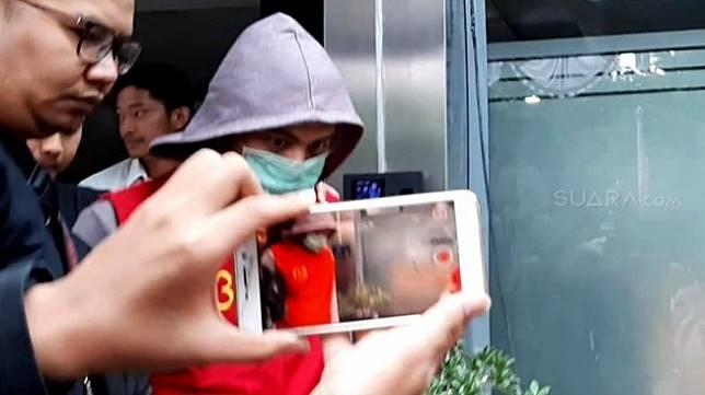 Tersangka kasus dugaan pencemaran nama baik, Galih Ginanjar, di Polda Metro Jaya, Jumat (12/7). [Suara.com/Revi Cofans]