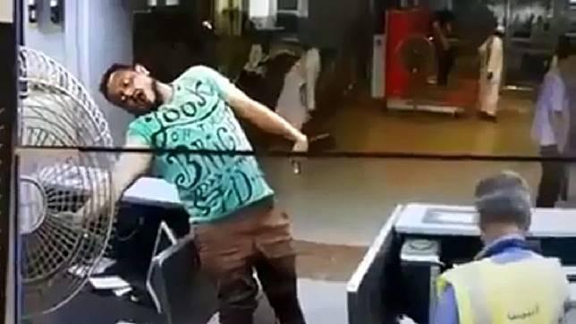 葉門亞丁機場一名員工疑似要調整電風扇方向,結果意外觸電。(圖/翻攝自YouTube)
