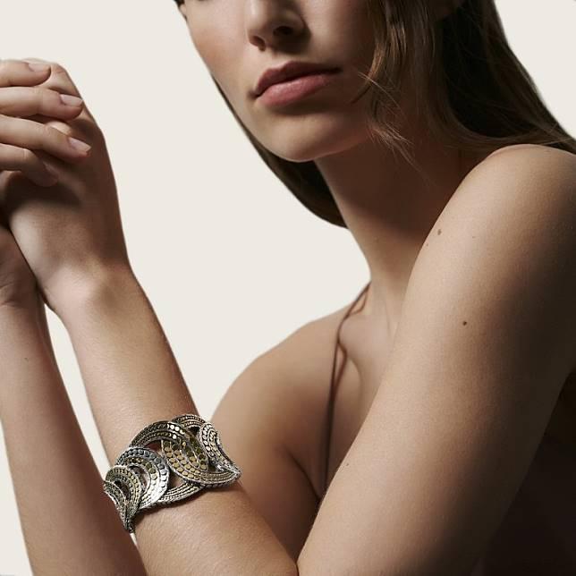 製作Dot圓點圖案時,工匠以人手錘打金屬珠,於首飾表面形成獨特的紋理。(互聯網)