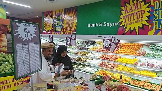 Pembeli memilih barang belanjaan di Giant Ekspres Mampang Prapatan, Jakarta, Ahad, 23 Juni 2019.Gerai Giant memberikan diskon sebesar 5-50 persen terhadap semua barang dagangannya. TEMPO/Muhammad Hidayat