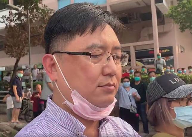 元朗區議員周永勤亦在場,稱是該名男子以木櫈襲擊義工才被制服。