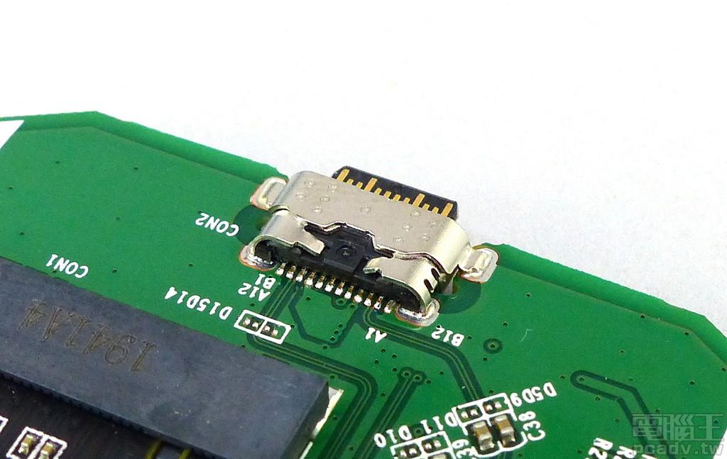 Crucial X8 Type-C 插座為加強固定版本,不僅將插座金屬外殼焊入電路板,Type-C 針腳尾端也有向內彎折的金屬殼抵著。