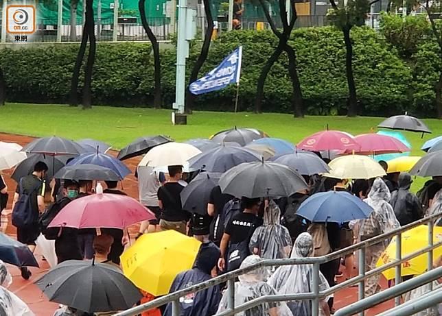 有人揮動香港獨立旗。