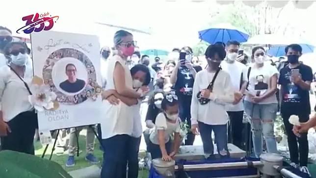 Prosesi pemakaman Raditya Oloan. (Vidio.com)
