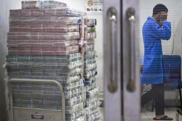 Tumpukan uang kas di lemari penyimpanan bank. LPS kini memiliki kewenangan menempatkan dana di bank bermasalah.