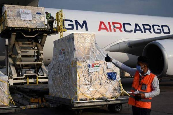 Petugas di bandara India membongkar bantuan oksigen dari Prancis.