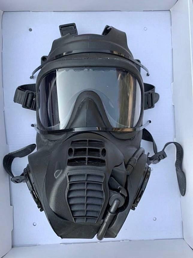 警員檢走一個防毒面具。