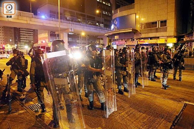 防暴警乘警車來到恒生銀行附近驅散。(梁國雄攝)