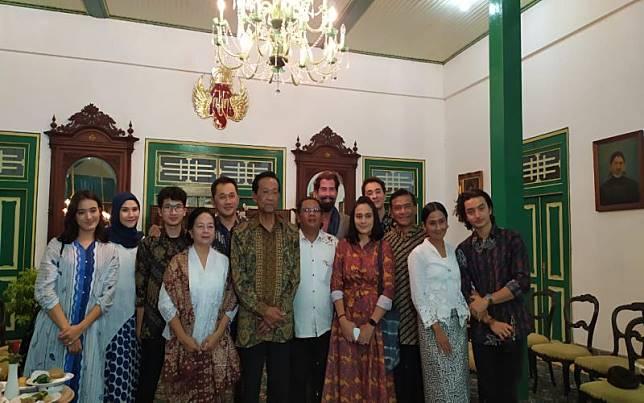 Pemain Film Bumi Manusia Silaturahmi ke Rumah Sultan Hamengkubuwono X