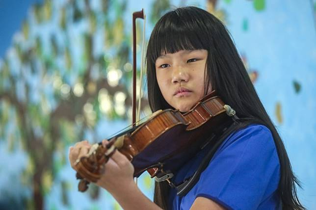 Just like Beethoven: Teenager won't let hearing loss stop her love for music and playing the violin