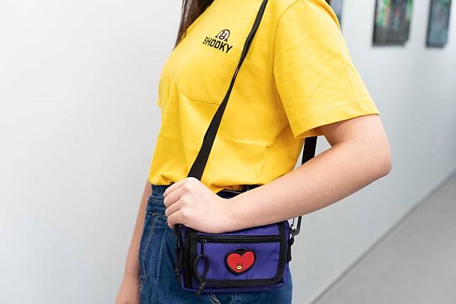 還有黑、藍、紫、紅四色的細袋款($329)。